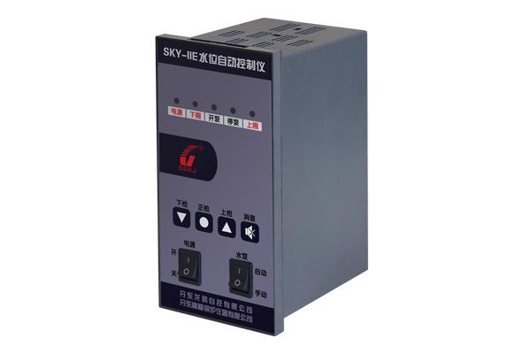 SKY-IID型水位控制仪,主要应用于工业蒸汽锅炉、污水处理、浴池、水箱的水位控制。具有控制灵敏、抗干扰能力强、操作维护简便、可靠性高的特点。水位控制仪由两部分组成,一部分:为水位检测部分(电极,极筒);二部分:为水位控制部分。水控仪可检测水位并进行开、停泵控制,超限声光报警,联锁触点输出。  主要技术参数: 工作电压:AC220V±10% 控制触点:AC220(380)V/3A 上限触点:AC220(380)V/3A 下限触点:AC220(380)V/3A 信号阻抗:0~30k&Omega